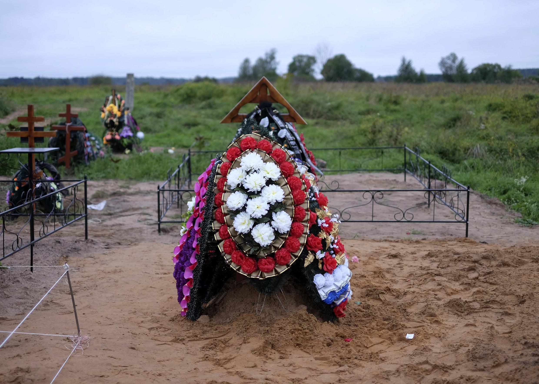 Ces tombes pourraient être celles de deux parachutistes russes tués la semaine précédente en Ukraine. Cimetière de Vybuty dans la région de Pskov où se trouve une base militaire. 27 août 2014.