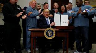 Después de varios días de intensas especulaciones, Trump firmó el 8 de marzo de 2018 la imposición de aranceles al acero y al aluminio.