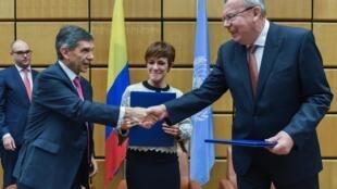El alto consejero para el posconflicto en Colombia, Rafael Pardo Rueda estrecha la mano de  el director de la UNODC, Yury Fedotov, el 3 de noviembre de 2017 en las oficinas de la ONU en Viena.