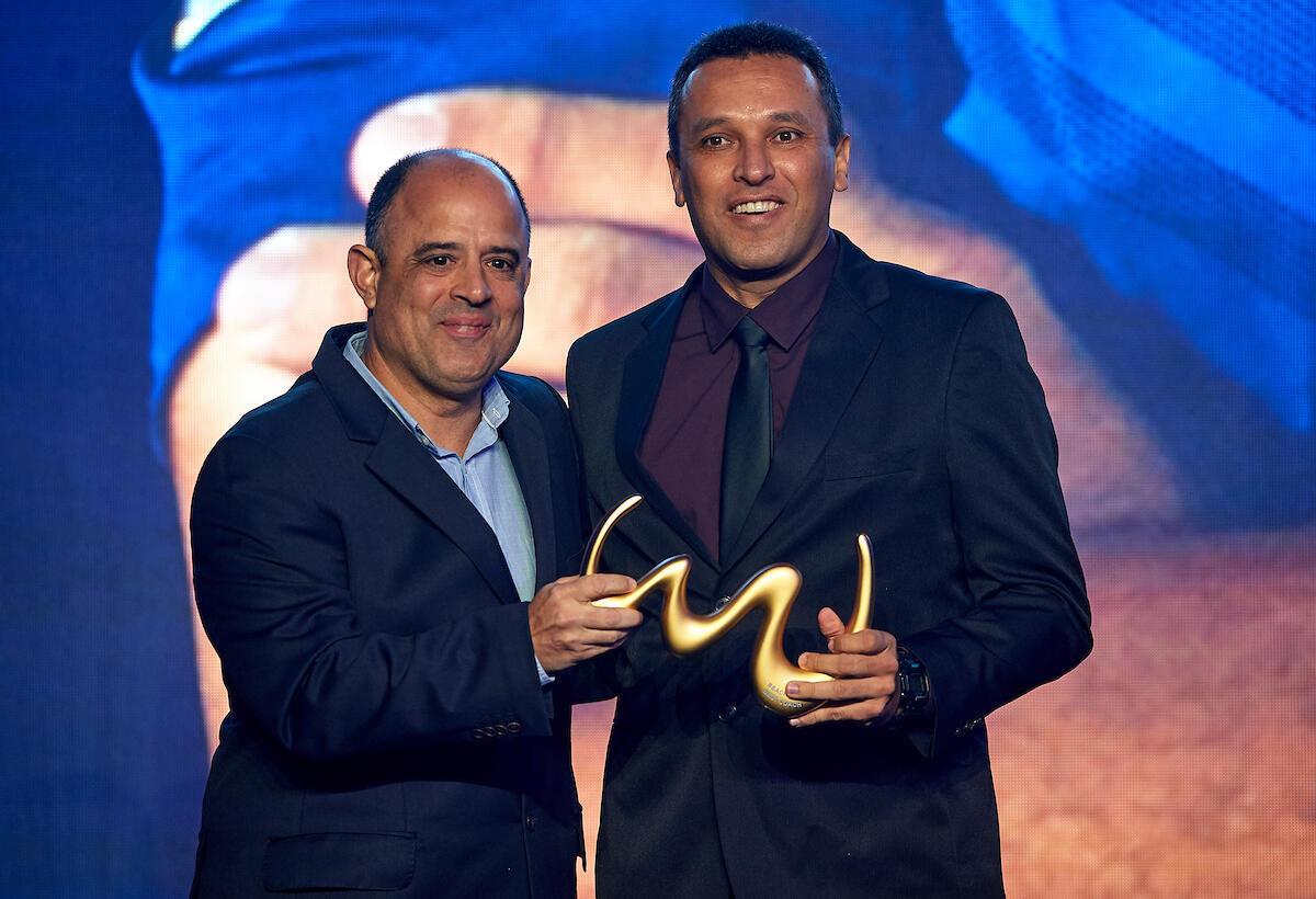 O técnico da seleção brasileira de futebol de areia, Gilberto Costa (à direita), recebe o prêmio de melhor do mundo em 2018, em Dubai