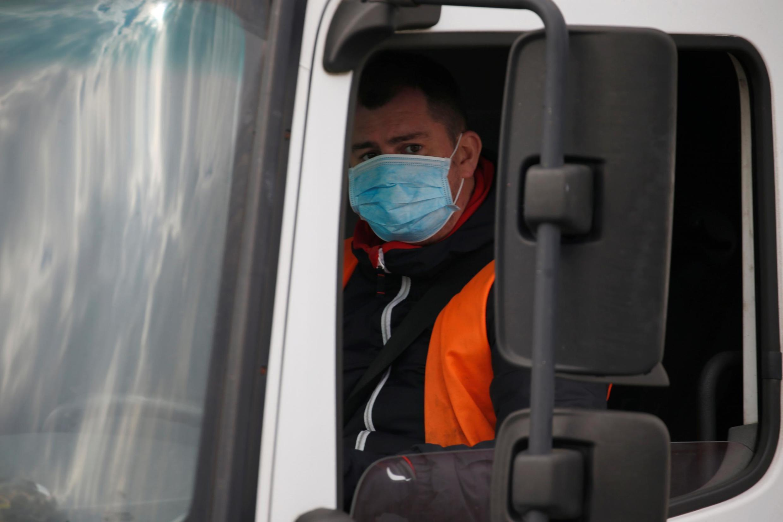 Nem todos os caminhoneiros têm a chance de trabalhar todos os dias de máscara, como este motorista fotografado no centro de logística da Amazon em Lauwin-Planque, no norte da França, em 19 de março de 2020.