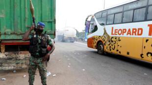 Un soldat à l'entrée de Bouaké en Côte d'Ivoire.
