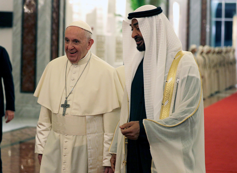 O papa Francisco é recebido pelo príncipe herdeiro de Abu Dhabi, Mohammed bin Zayed Al-Nahyan, em Abu Dhabi, nos Emirados Árabes Unidos, em 3 de fevereiro de 2019.