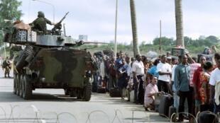 Des centaines d'habitants de Freetown attendent d'être évacués de la capitale du Sierra Leone, en juin 1997.