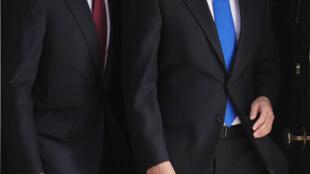 O presidente dos Estados Unidos, Barack Obama (e) e o primeiro-ministro David Cameron se mobilizam para encontrar uma solução para a crise síria.