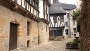Une rue en Bretagne.