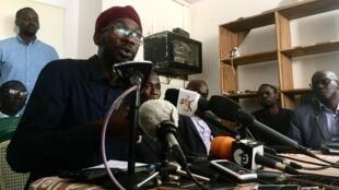 Au Sénégal, la société civile a affiché son unité avec le mouvement Y'en a marre, Ici Fadel Barro, lors d'une conférence de presse, et affirmé qu'une médiation avec les autorités était en cours pour apaiser les tensions.