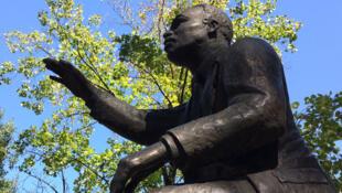 La statue de Martin Luther KIng à l'entrée du parc Marshall à Charlotte.