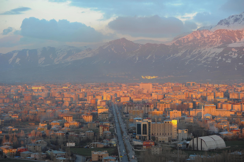 Современный город Ван. Вид с вершины крепости. Турция. 3 апреля 2015 год