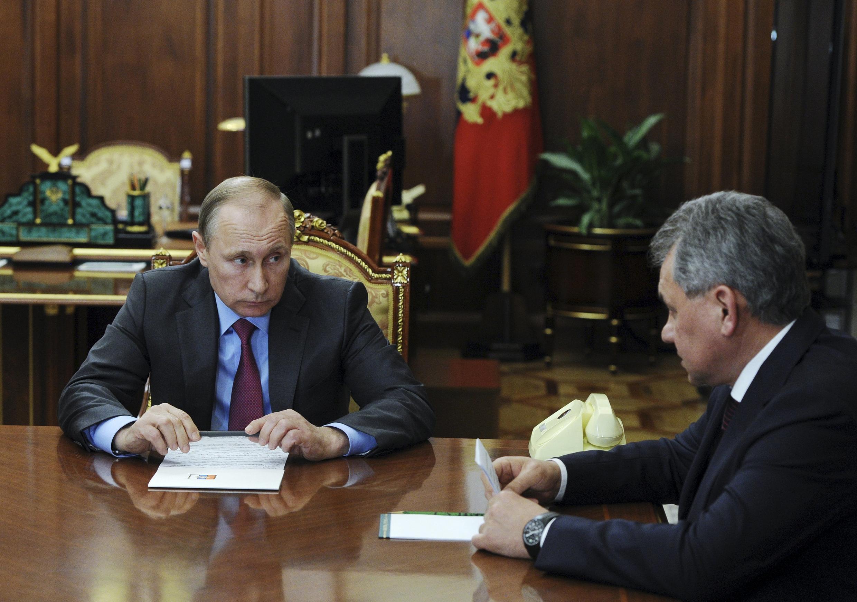Le président russe Vladimir Poutine et son ministre de la Défense, Sergei Shoigu lors d'une réunion au Kremlin, à Moscou, ce lundi 14 mars 2015.