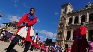 Dans la cour royale du Rovan'Antananarivo, ce dimanche, spectacle de Hiragasy Makotrokotroka, dans le plus pur respect des traditions.
