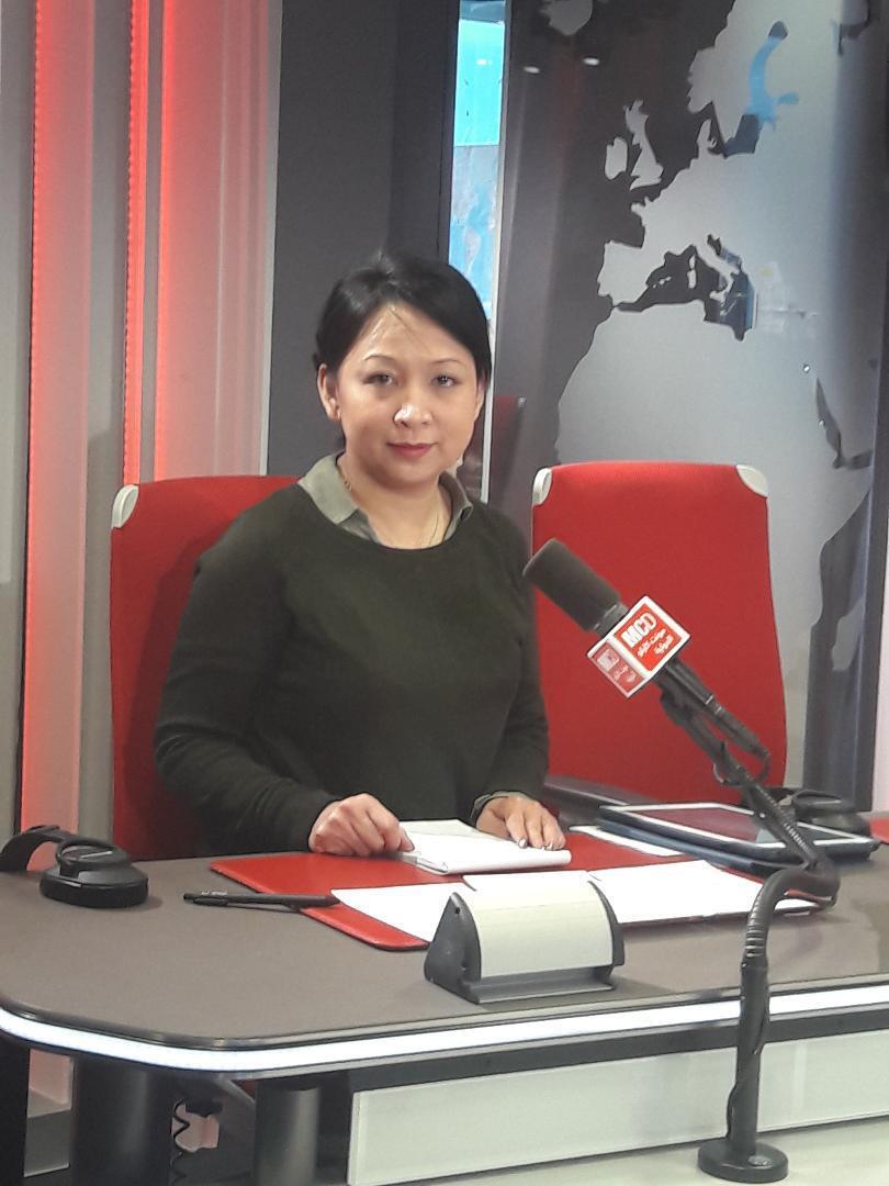 Nghệ sĩ Trúc Tiên trong phòng thu của đài RFI, 11/04/2019