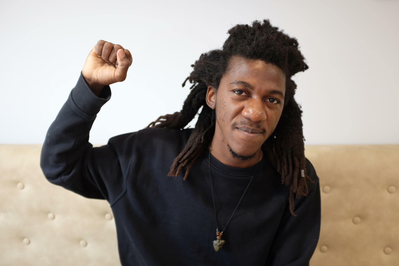 Jean D'Amérique, écrivain et poète haïtien, lauréat du prix RFI Théâtre 2021 pour « Opéra poussière ».  © Siegfried Forster / RFI