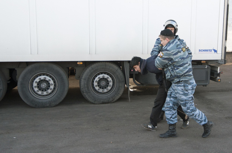 Задержание мигранта в ходе облавы в Бирюлево 14/10/2013