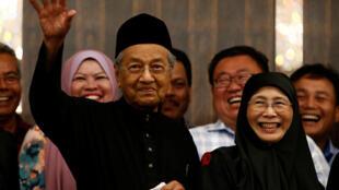 Mahathir Mohamad et Wan Azizah, la femme d'Anwar Ibrahim, lors d'une conférence de presse à Kuala Lumpur, le 10 mai 2018.