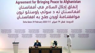 ملا عبدالغنی برادر، رئیس هیأت طالبان و زلمای خلیلزاد، نماینده آمریکا در مذاکرات افغانستان در حال امضای توافقنامه صلح میان آمریکا و طالبان در قطر. شنبه ١٠ اسفند/ ٢٩ فوریه ٢٠٢٠