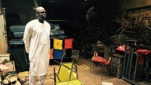 Ousmane Mbaye dans son atelier dakarois