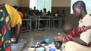 Dans certaines cantines scolaires africaines, les enfants ne disposent que d'assiettes ou de sacs en plastique.