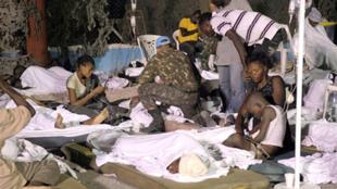 Les Nations unies envisagent de transformer le stade de football de Port-au-Prince en hôpital de campagne et de créer 200 cuisines roulantes pour nourrir les sans-abris.