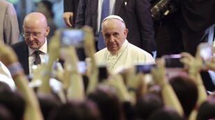 Le pape François a été reçu par plusieurs milliers de jeunes Coréens au sanctuaire de Solmoe, le 15 août 2014.