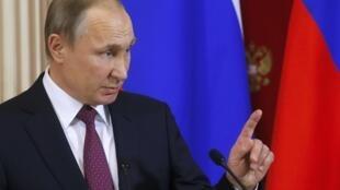 O presidente russo, Vladimir Putin, convidou Macron a superar divergências.