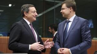 O presidente do Banco Central Europeu (BCE), Mario Draghi, e o vice-presidente da Comissão Europeia, Valdis Dombrovskis.