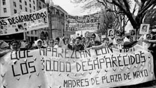 Las Madres de Plaza de Mayo en la segunda Marcha de la Resistencia, ocurrida entre el 9 y el 10 de diciembre de 1982.