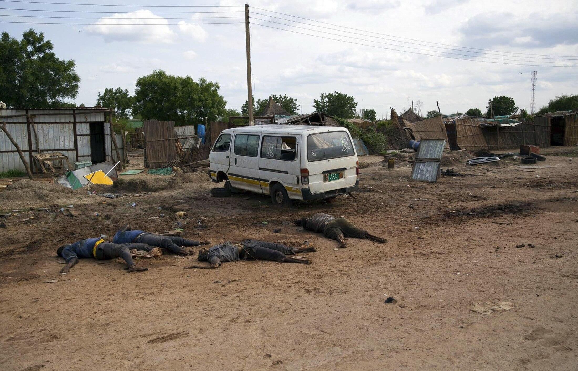 Mapigano yanayoendelea nchini Sudan Kusini yamesababisha vifo vya watu wengi. Hapa ni pembezoni mwa barabar inayoingia katika mji wa Bentiu, Sudan Kusini, Aprili 20 mwaka 2014.