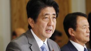 """Thủ tướng Nhật Shinzo Abe sẵn sàng phản công ngoại giao chống lại chiến lược """"thô bạo"""" của Trung Quốc - REUTERS /Koji Sasahara"""
