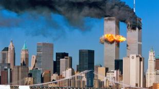 Jengo la kimataifa la bishara WTC likiungua baada ya kushambuliwa september 11 2001