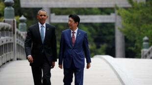 Rais wa Marekani Barack Obama na Waziri Mkuu wa japan Shinzo Abe, kwenye daraja la Ujibashi katika mji wa Ise, Mei 26, 2016, siku ya mkutano wa G7.