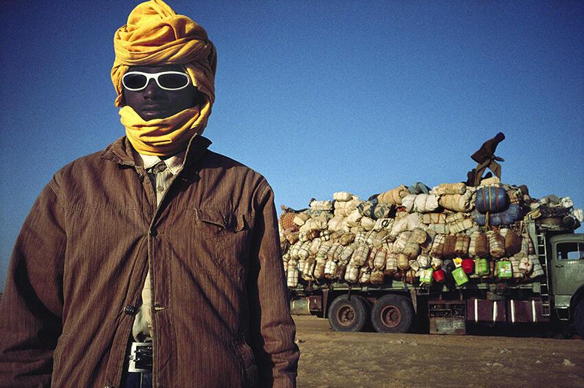 Niger, 2007 : Camions de migrants dans le désert du Ténéré. Des milliers de voyageurs clandestins, partis en majorité du Nigeria et du Ghana, cherchent du travail en Libye ou dans les pays de l'Union.