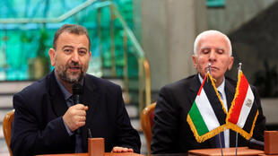 Saleh Arouri, le chef des négociateurs du Hamas et Azzam Ahmad, le chef de la délégation du Fatah lors de la signature de l'accord le 12 octobre au Caire censé mettre fin à dix ans de divisions entre le Fatah, laïc et modéré, et le Hamas.