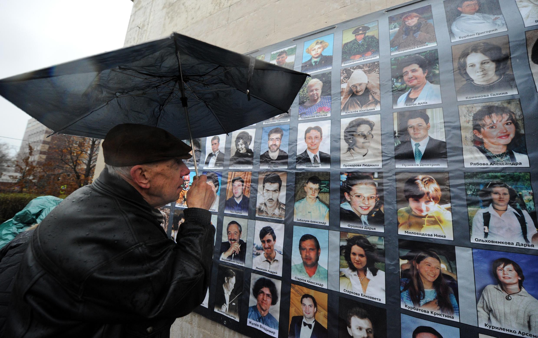 Доска с фотографиями жертв теракта на Дубровке, 2012 год