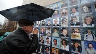 Доска с фотографиями жертв теракта на Дубровке (архивное фото)
