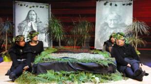 Cerimônia de devolução das cabeças mumificadas maoris aconteceu no museu do Quai Branly, em Paris.