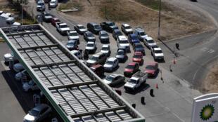 Os mexicanos fazem filas, cada vez maiores, para conseguirem abastecer no país.