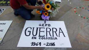 Colombianos celebran la firma del acuerdo en la Plaza Botero en Medellín, este 23 de junio de 2016.