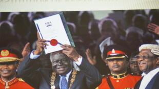 Rais wa zamani wa Kenya Mwai Kibaki, akizindua Katiba mwaka 2010