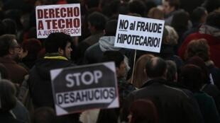 Espanhóis protestam nas ruas contra os depejos que deixaram milhares de pessoas sem casa.