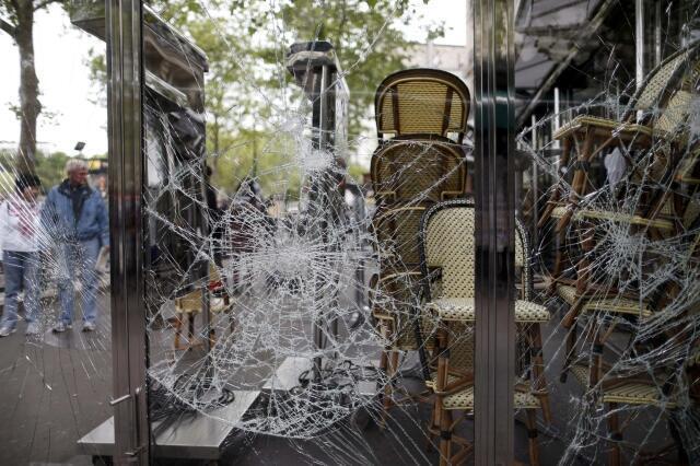 Разбитые витрины террасы кафе возле площади Трокадеро в Париже 14/05/2013