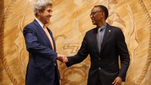 Waziri wa mambo ya nje wa Marekani, John Kerry (kushoto) akiwa na Rais wa Rwanda, Paul Kagame (kulia) jijini Kigali, October 15, 2016
