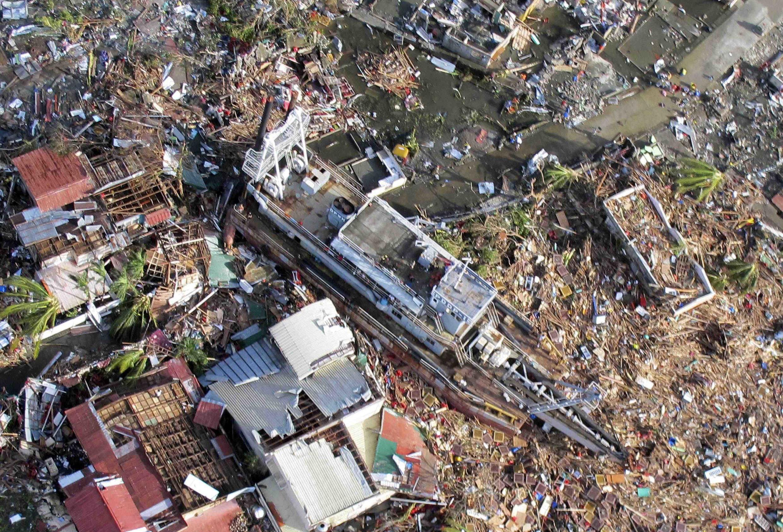 Vue aérienne de Tacloban, ville de l'île de Leyte, dévastée par le typhon Haiyan, le 9 novembre 2013.
