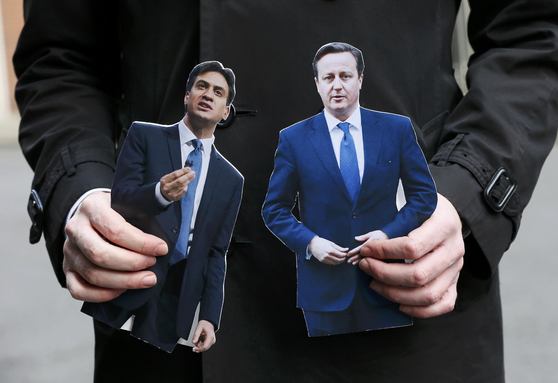 Portraits d'Ed Miliband (g.) et de David Cameron (d.).