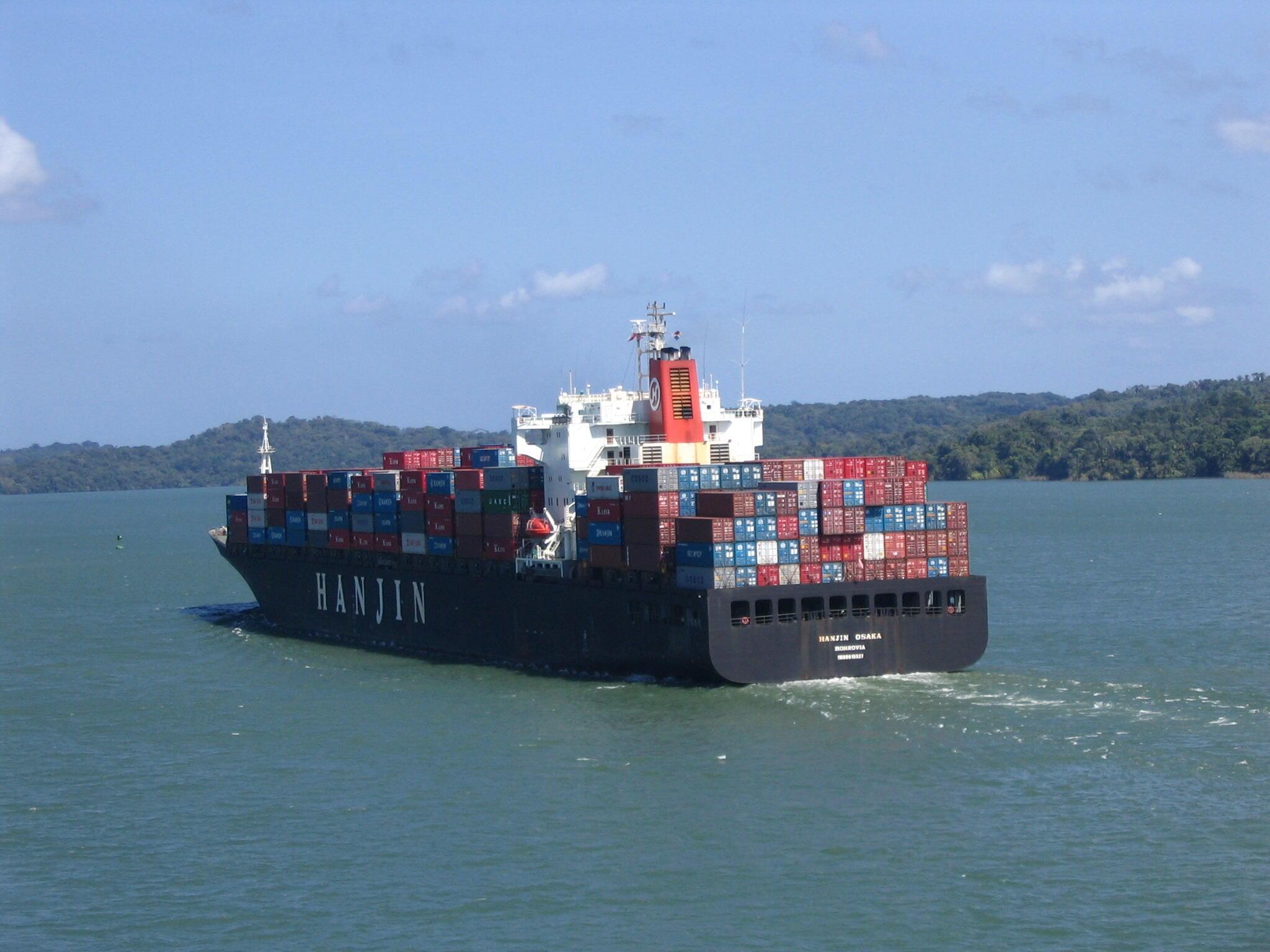 Le porte-conteneur Hanjin Osaka transitant le canal de Panama.