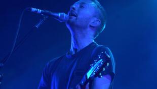 Thom Yorke (Radiohead) sur scène, en septembre 2000.