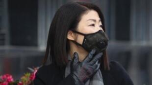 圖為一款黑色防霾口罩