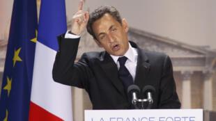 O presidente-candidato Nicolas Sarkozy, durante comício em Paris no domingo (15).