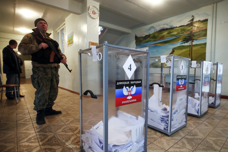 Quân nổi dậy thân Nga giám sát bầu cử tại Donetsk, 02/11/2014.