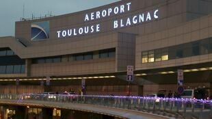 French industrial group Eiffage said Monday it had closed a deal to acquire nearly half of Toulouse-Blagnac Airport in the southern French city of Toulouse from Chinese firm Casil..